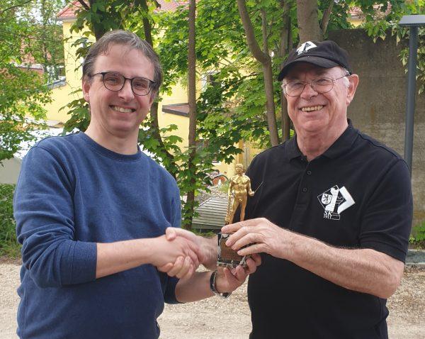 Horst Habermann überreicht Stefan Sattler die Trophäe