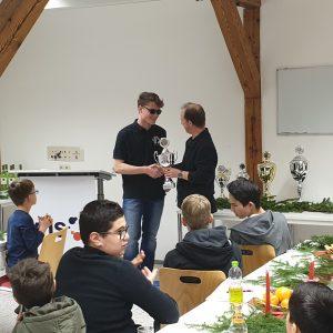 Martin Glitz gratuliert Jugendmeister Erik Zeilinger