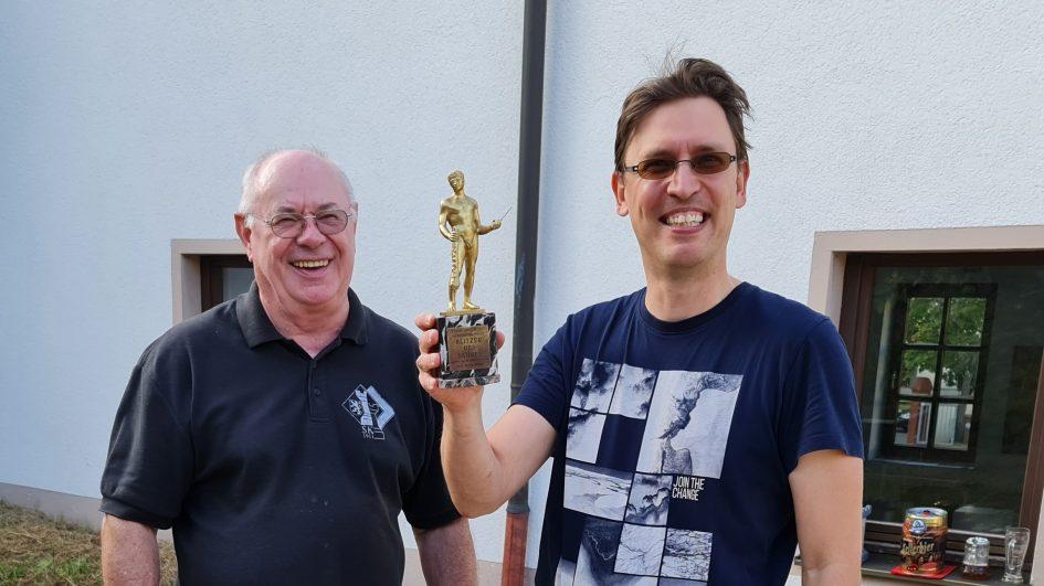 Pokalübergabe von Horst Habermann an Turniersieger Csaba Seregelyes